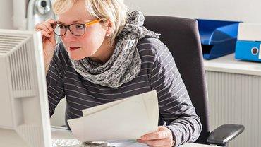 Frau Lesebrille konzentriert PC Material