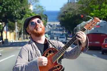 Liedermacher Tobias Thiele mit seiner Gitarre