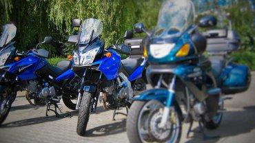 Mehrere Motorräder vor dem ver.di Bildungszentrum Gladenbach